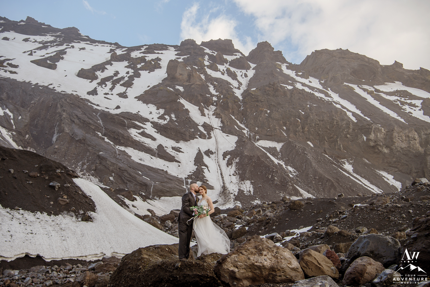 Couple kissing in front of a mountain in Thorsmork