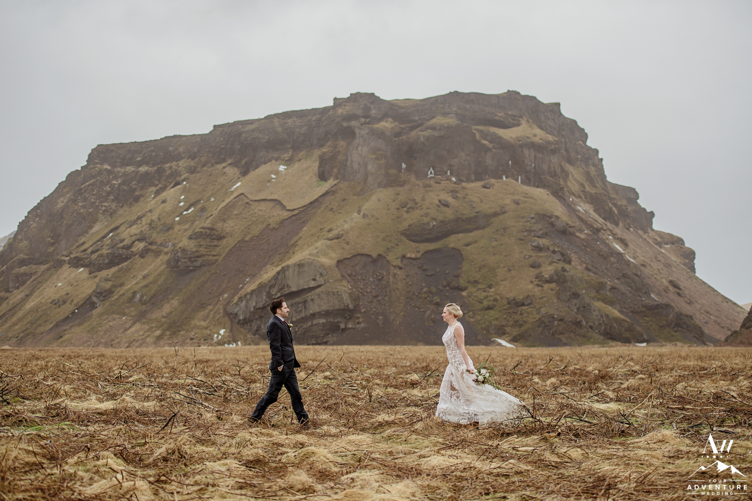 Wedding Couple in Iceland in front of a mountain