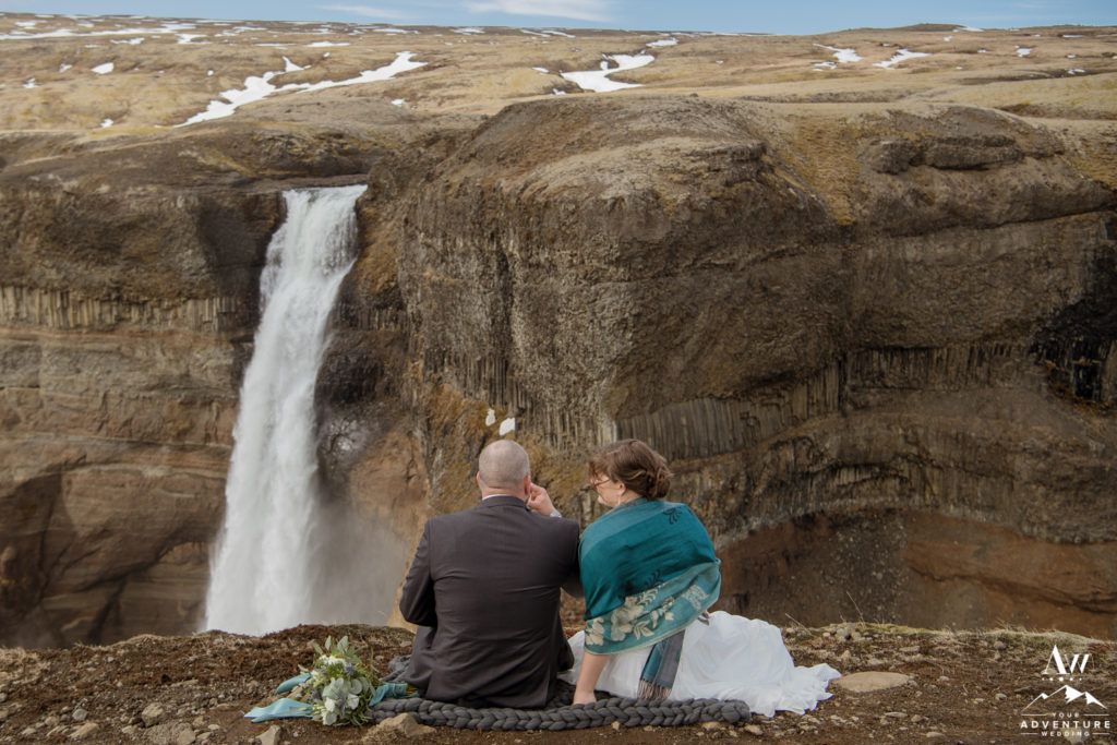 Couple having a picnic at Háifoss Waterfall