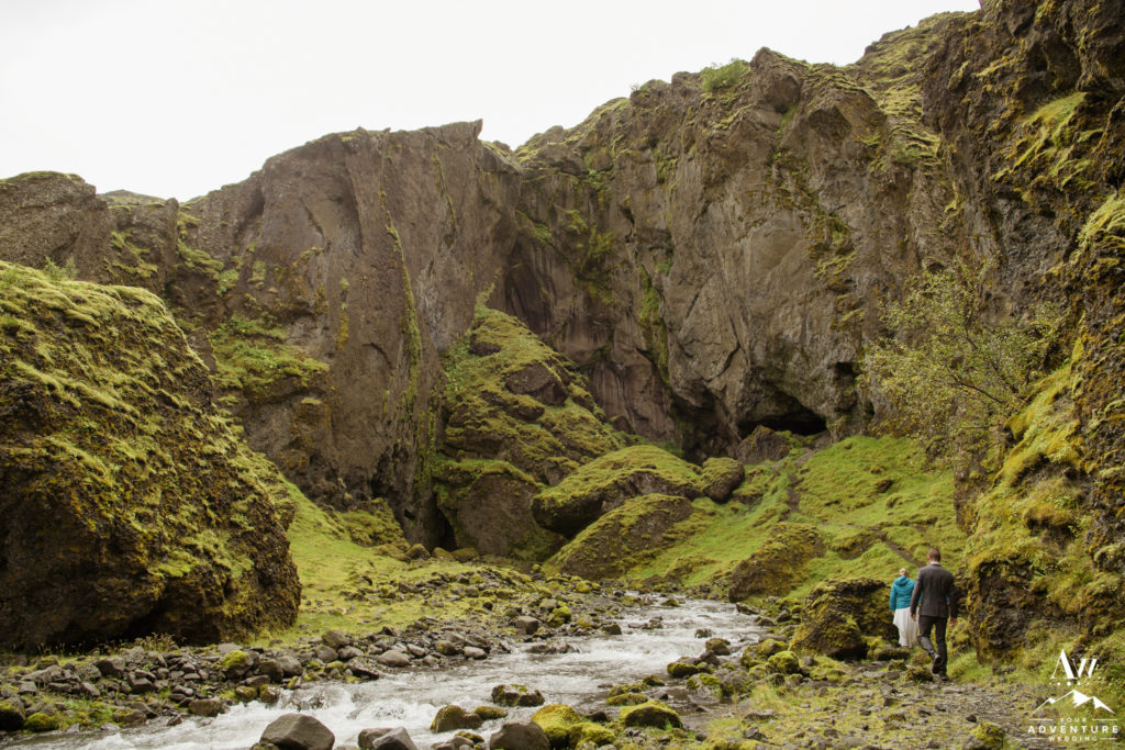Hiking elopement couple in Iceland